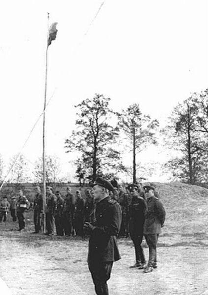 Построение под национальным флагом части Русской национальной народной армии (РННА) в Осинторфе, 1942 г..jpg