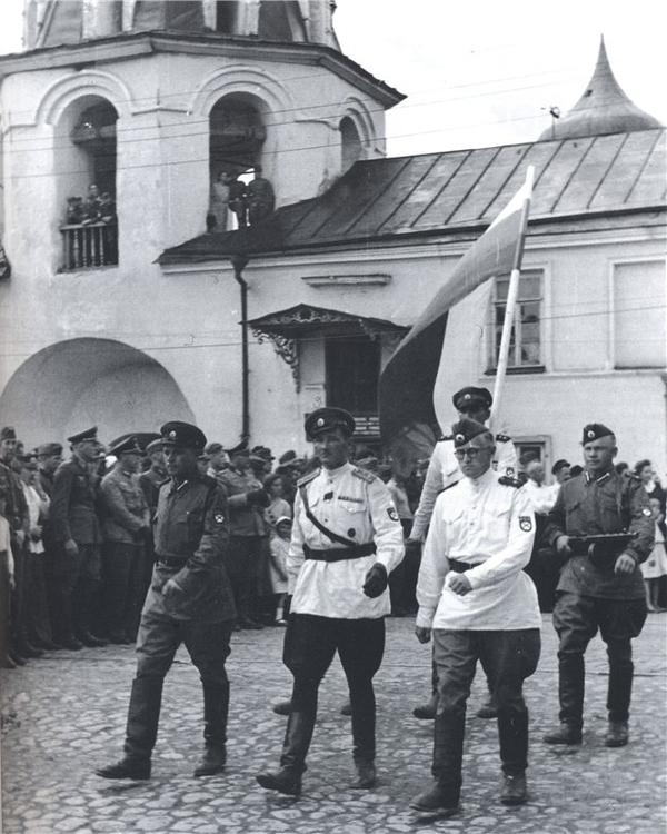 Российский флаг на параде 1-й Гвардейской бригады РОА в Пскове, 1943 г..jpg