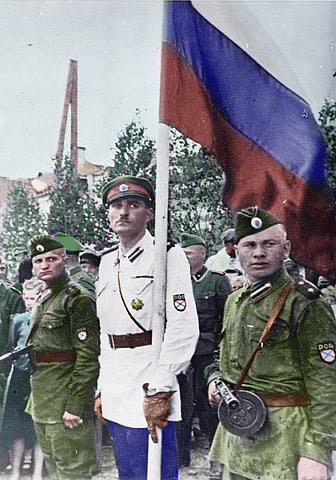 Российский флаг на параде 1-й Гвардейской бригады РОА в Пскове, 1943 г. 2.jpg