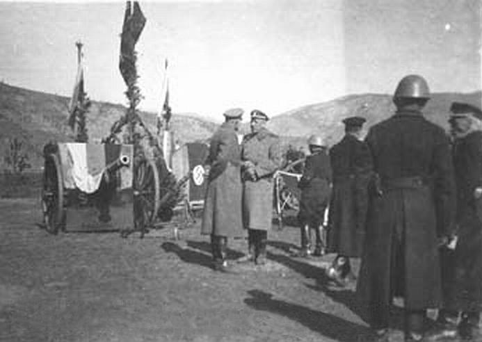 Трехцветное знамя покрывает орудийный щит на церемонии присяги новобранцев Русского корпуса в Югославии, 1943 г..jpg