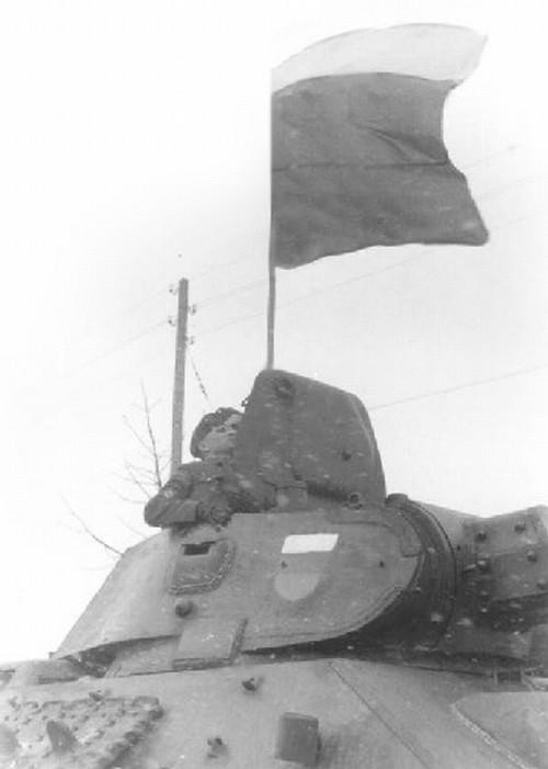 Триколор на флагштоке и броне Т-34 танковой группы РОА, 1944 г..jpg
