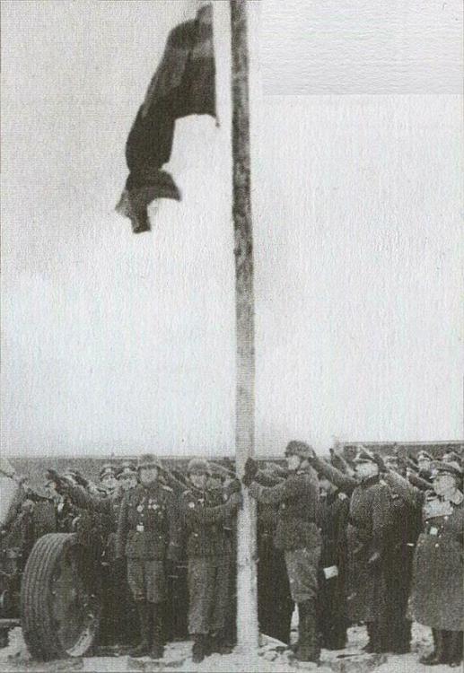 Власовцы поднимают бело-сине-красный флаг в месте дислокации 1-й дивизии. Мюзинген, Германия, 1945 г..jpg