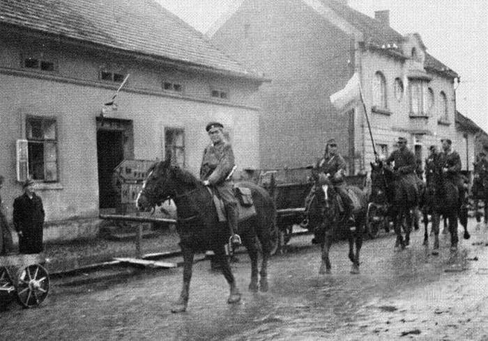Конные части РОА входят в предместья Праги под трехцветным флагом, 1945 г..jpg