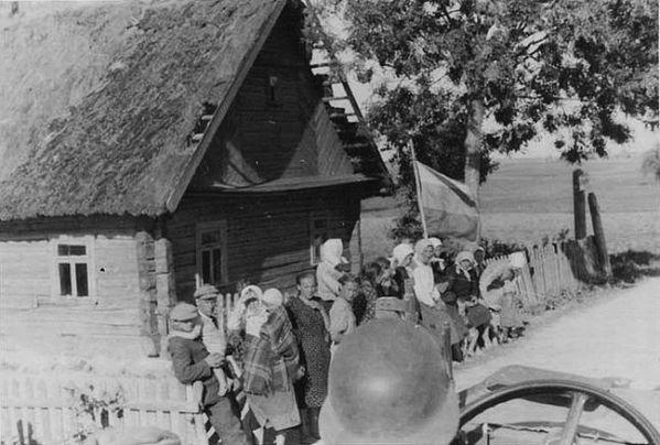 Жители освобожденного от большевиков украинского села приветствуют передовые части Вермахта с триколором в руках. 1941 г..jpg